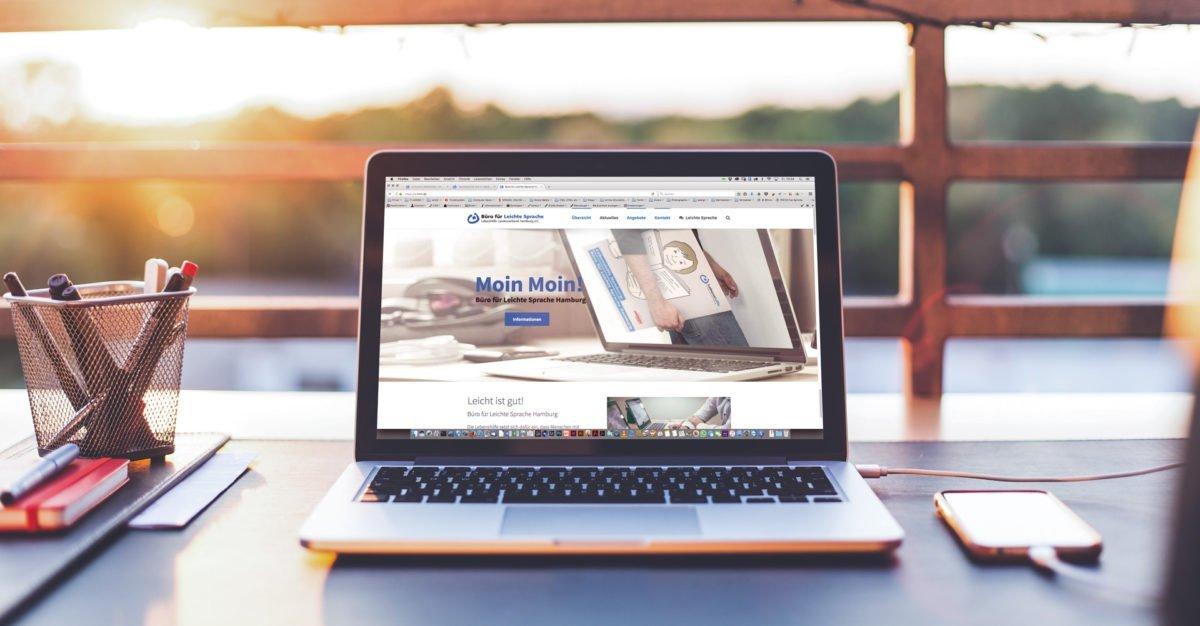 Macbook mit neuer Internetseite der Lebenshilfe-Hamburg