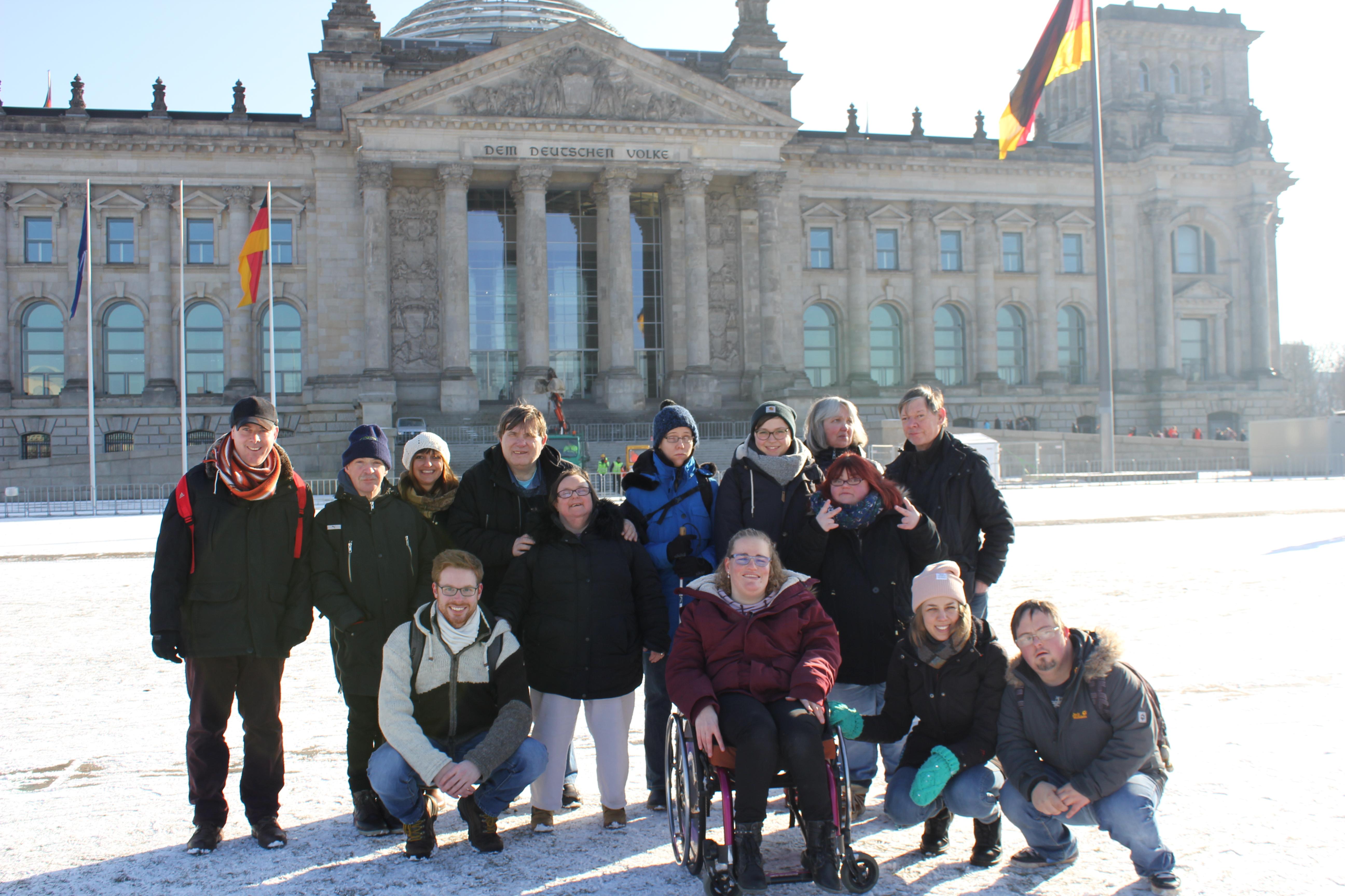 Reisegruppe vor dem Reichstagsgebäude