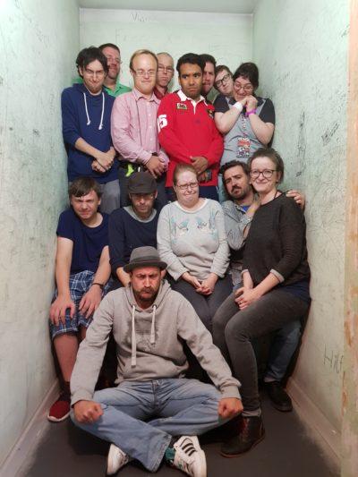Teilnehmer Ferienfreizeit in Gefängniszelle