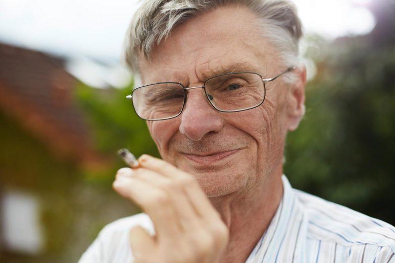 Porträt: älterer Mann mit Zigarette in der Hand