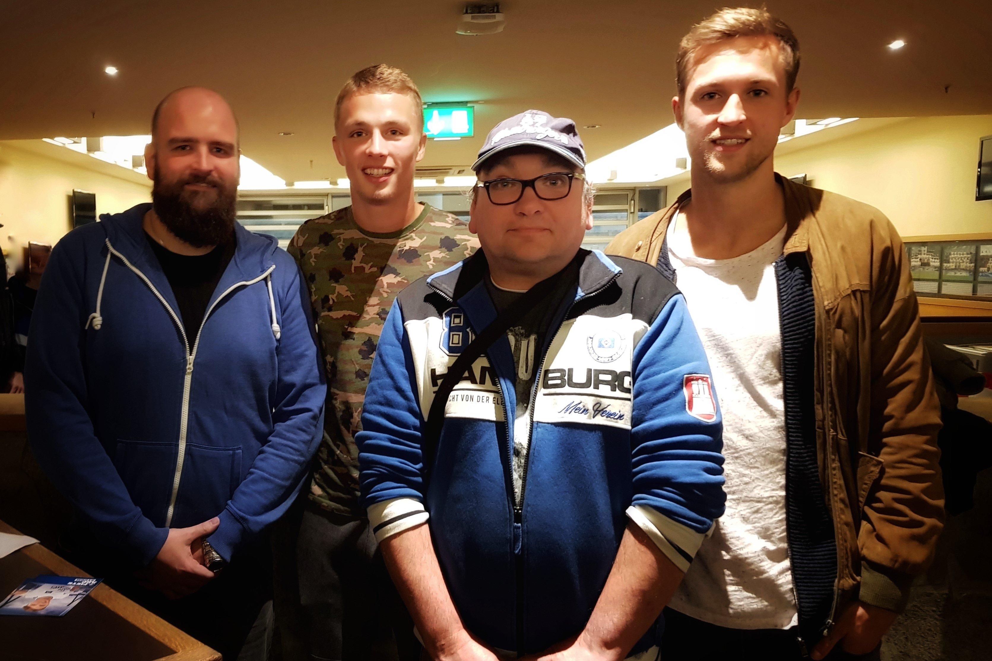 Matti Steinmann und Fiete Arp mit 2 Fanclub Mitgliedern
