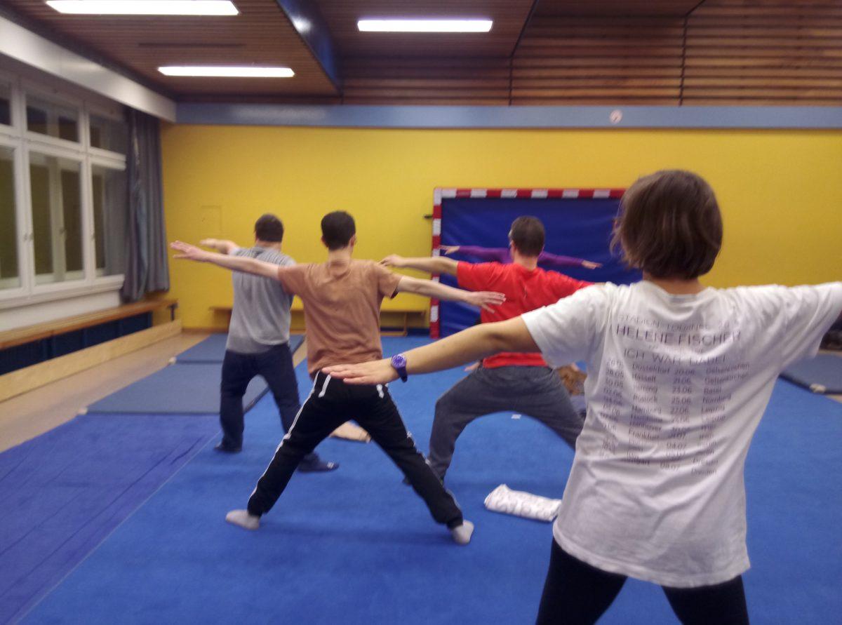 Foto: Teilnehmer der Wilden 13 bei Yoga-Übung