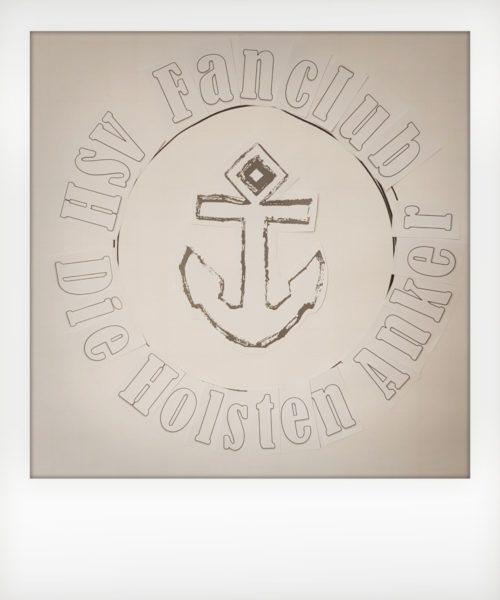 Foto: Skizze Logo. Mittig Anker, darum herum Schriftzug: HSV Fanclub Die Holstenanker