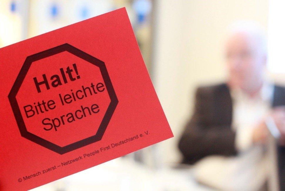 Foto: Rote Karte: Halt! Bitte leichte Sprache