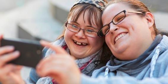junge Frau mit Downsyndrom, lächelt