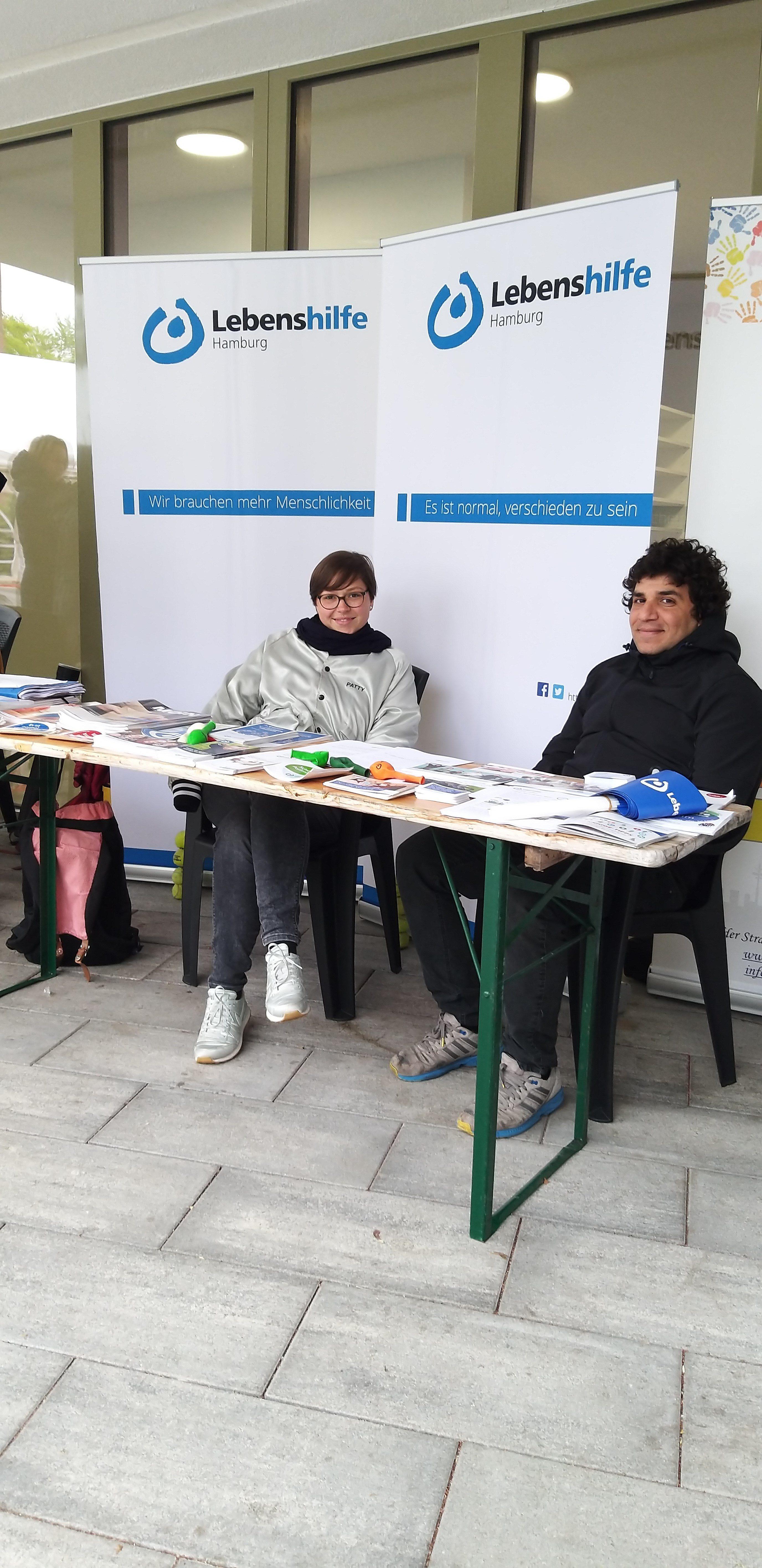 Mitarbeiter vom Projekt Kultursensible Selbsthilfe an ihrem Infostand