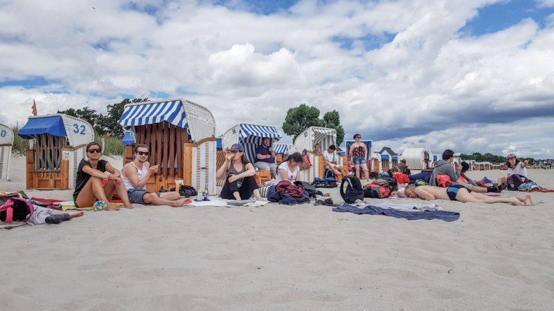 Ostseestrand: Strandkörbe und Teilnehmer der Ferienfreizeitwochen