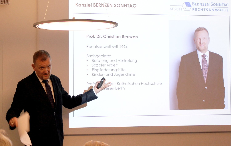 Herr Bernzen beim Referieren vor der Powerpoint-Präsentation