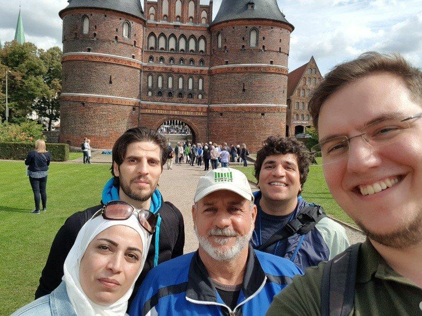 Menschen vor dem Lübecker Holstentor