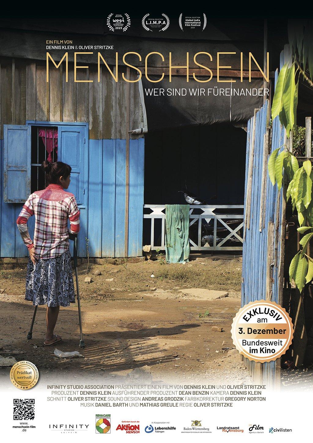 junge Frau mit einem Bein steht vor einer blauen Hütte