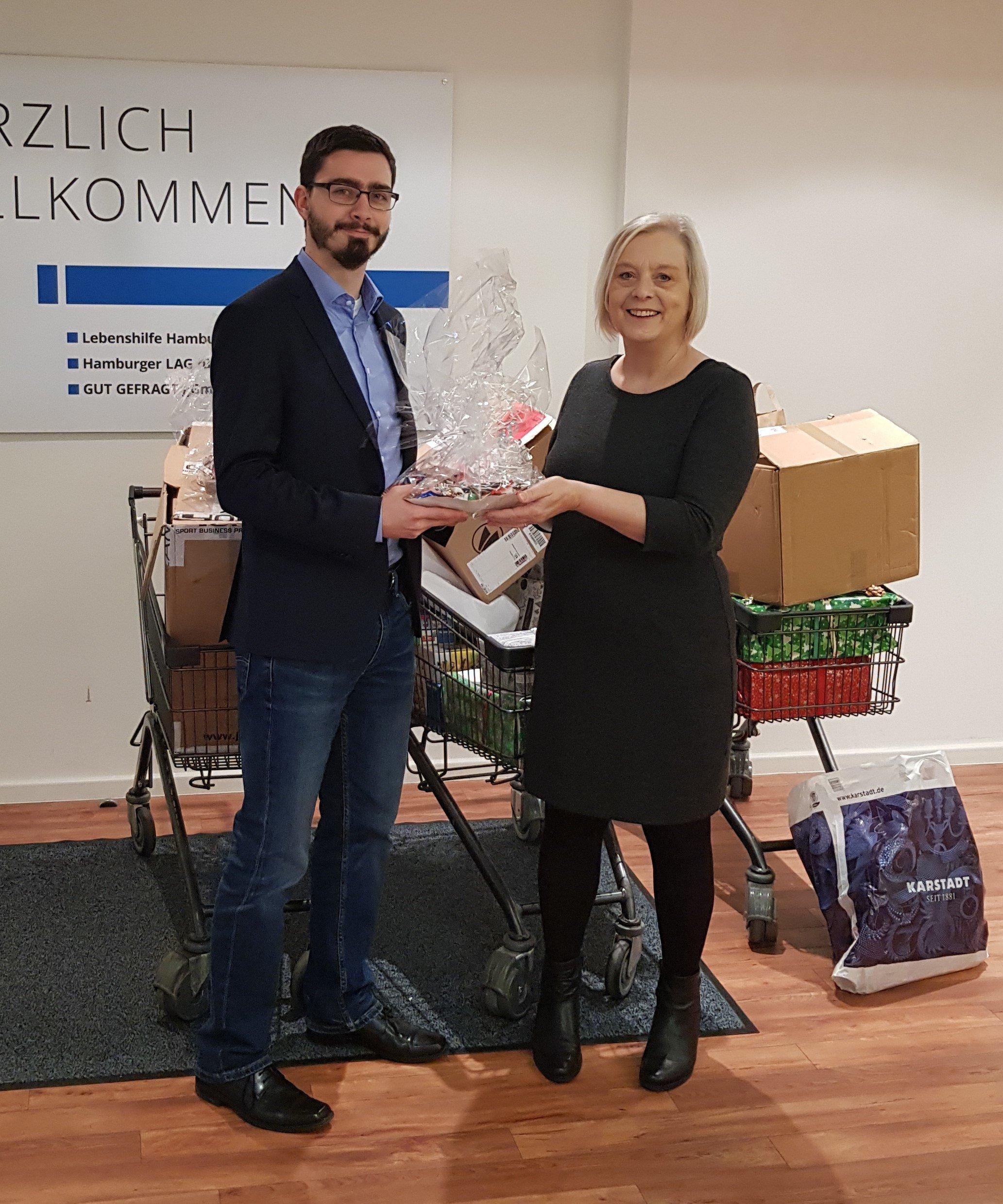 Helga Schacht und Student der Bundeswehr Uni bei Geschenkübergabe