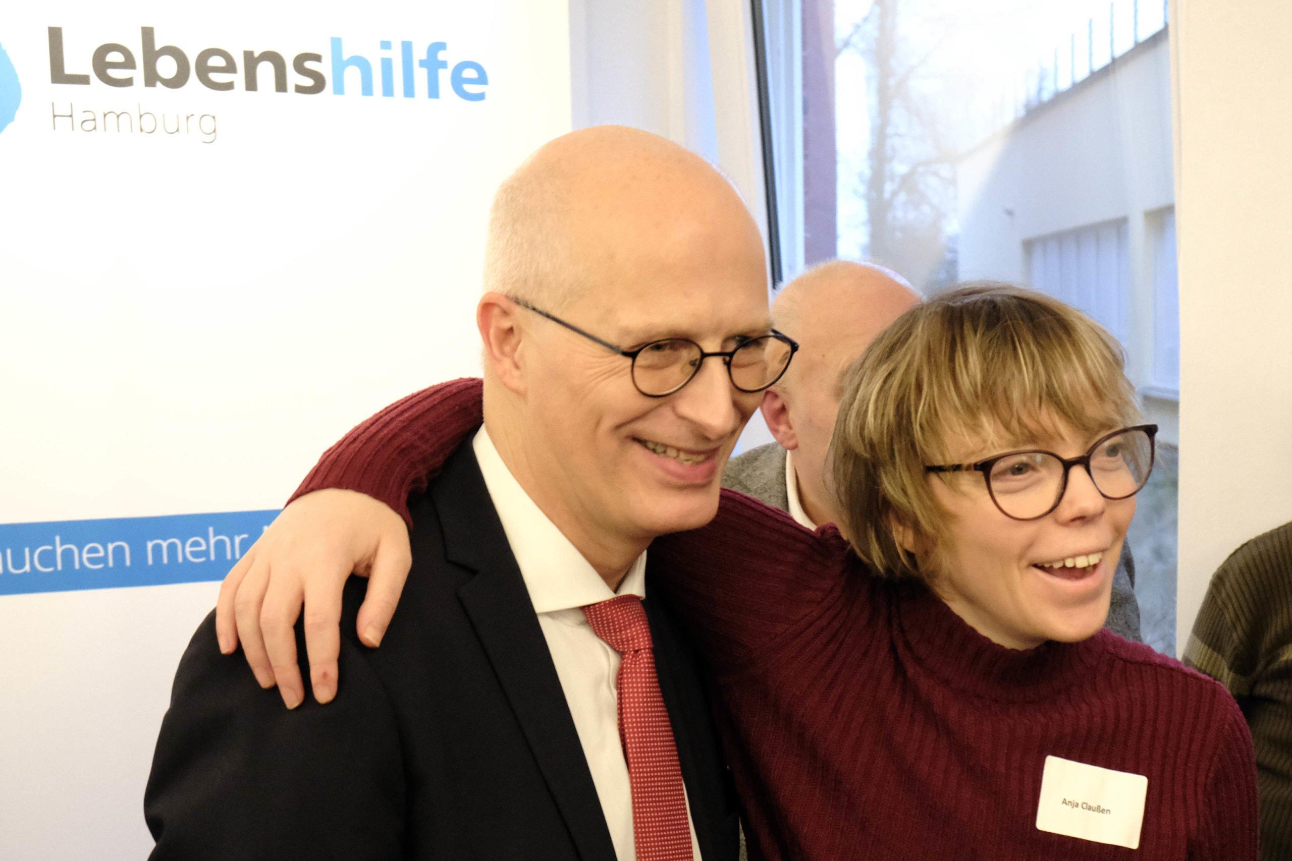 Dr. Peter Tschentscher und ein Mitglied der Lebenshilfe