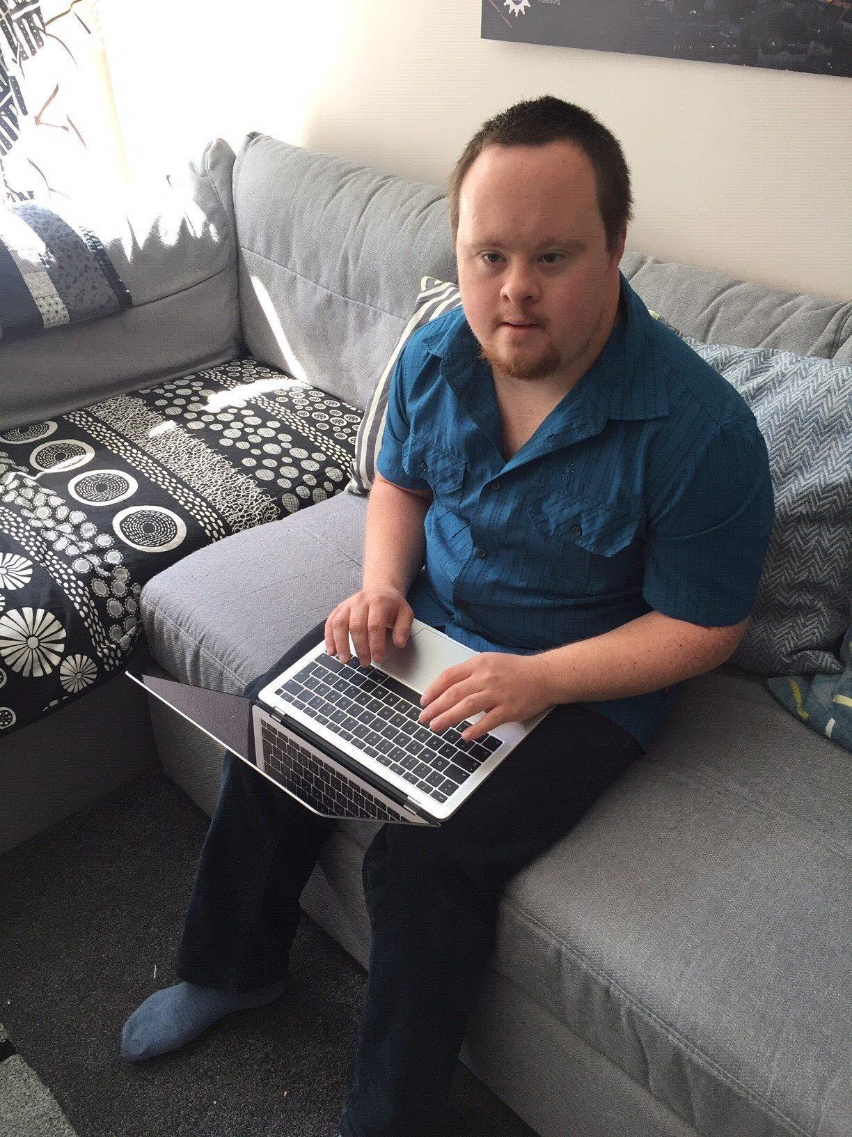 Tom Krohn sitzt am Laptop