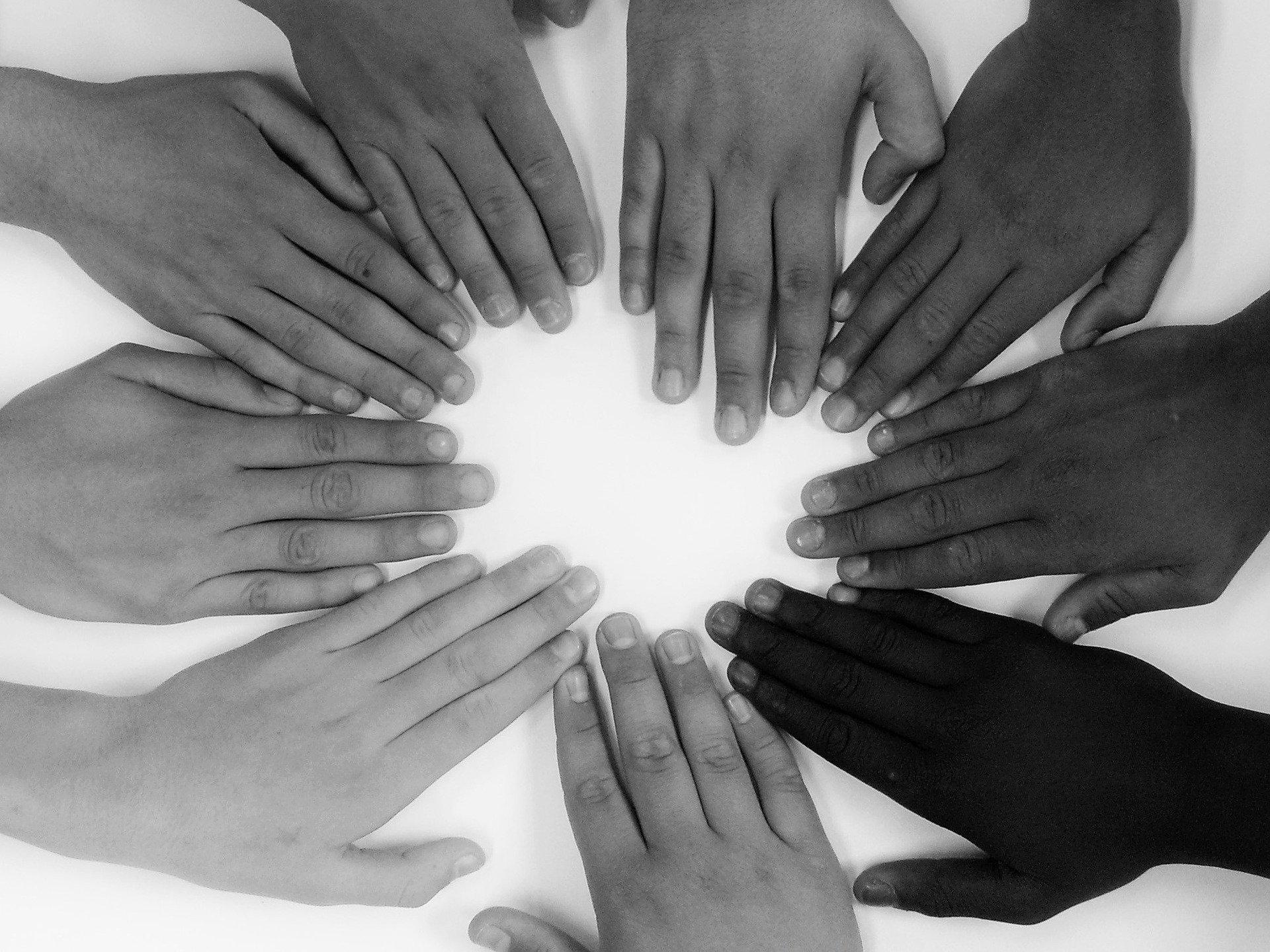 Viele Hände formen einen Kreis