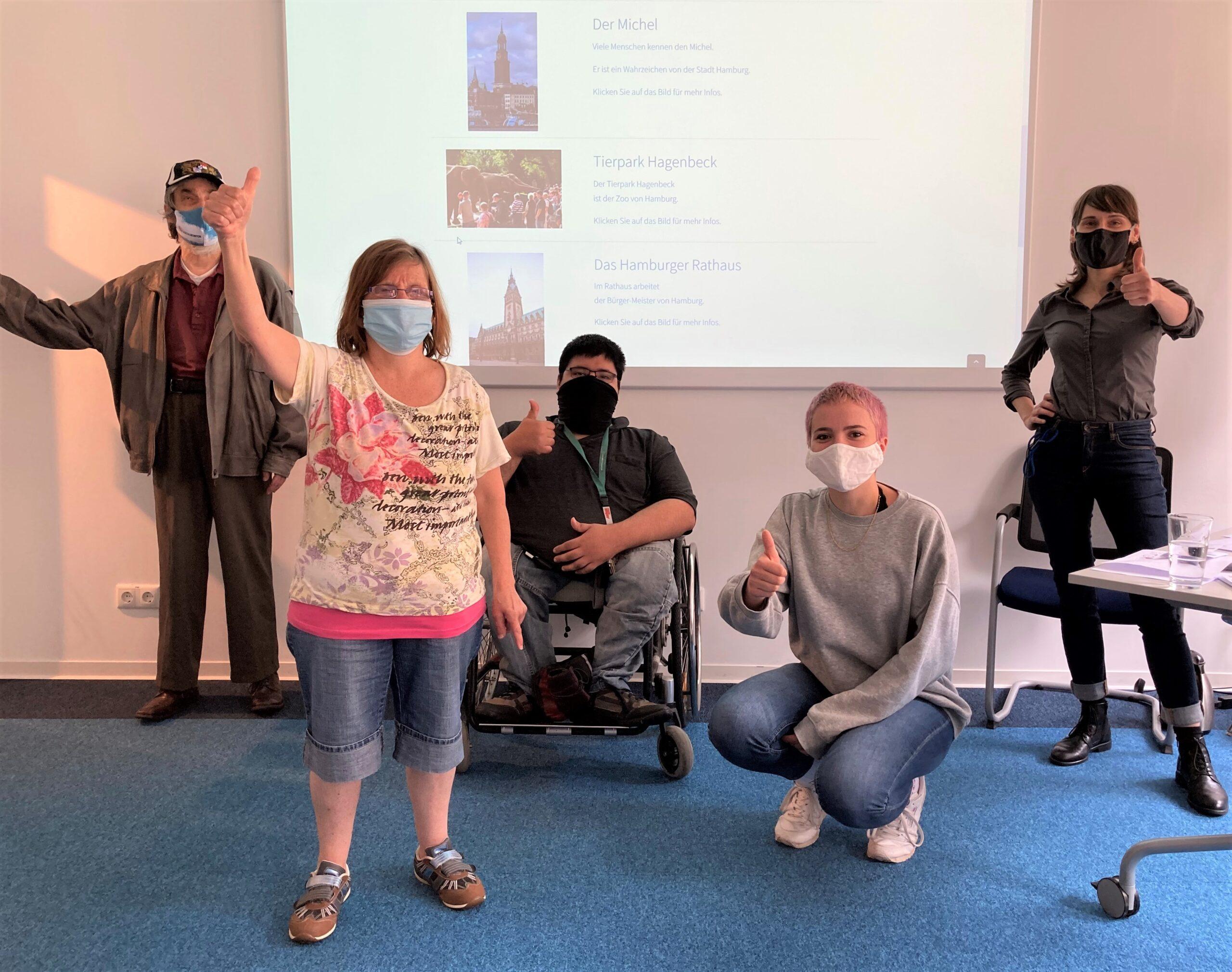 Menschen mit Mundschutz halten den Daumen hoch