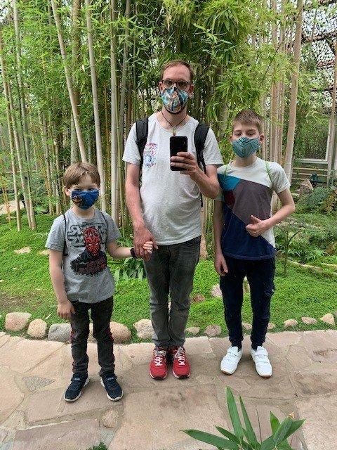 Junger Mann mit zwei Kindern