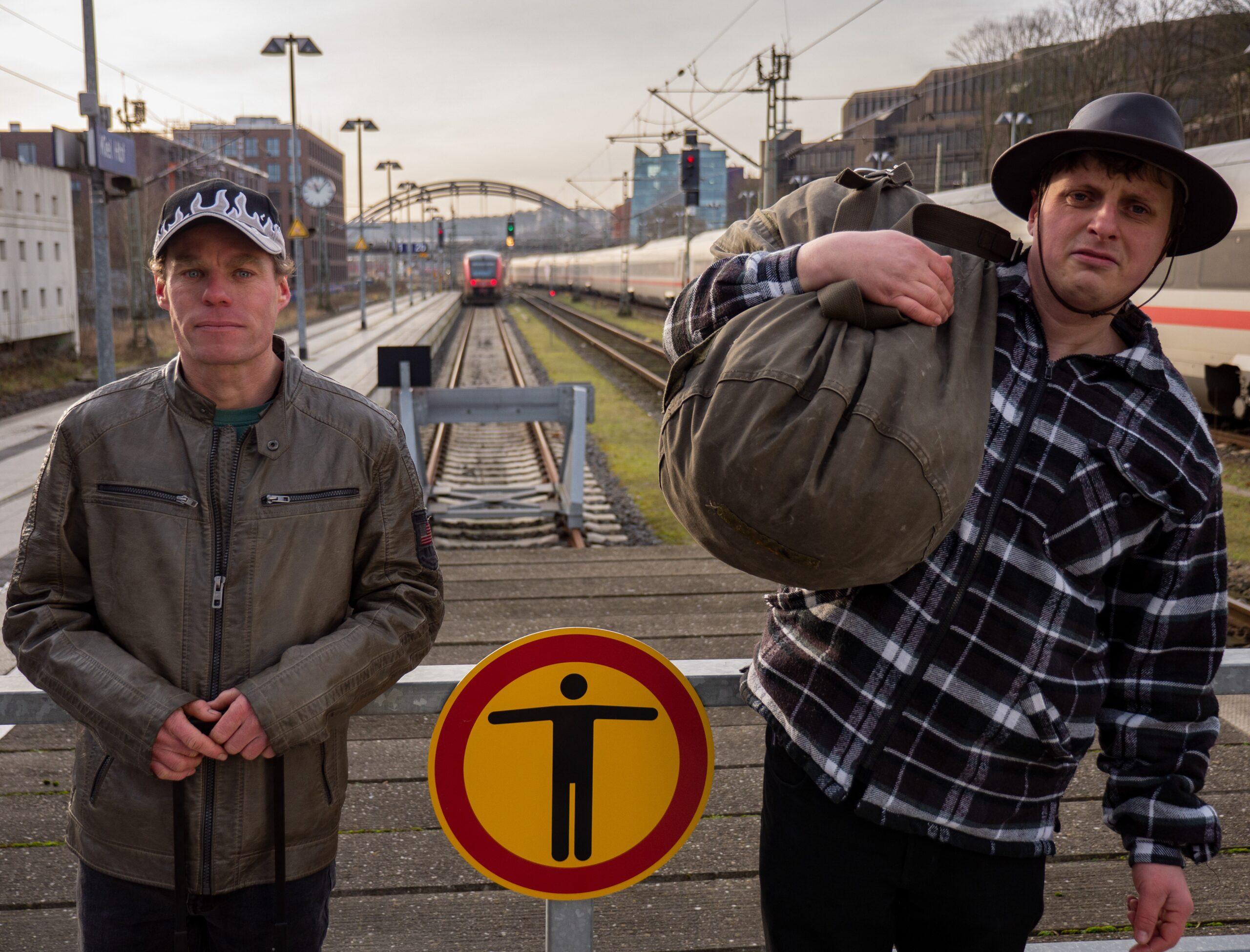 Zwei Männer stehen am Sackbahnhof