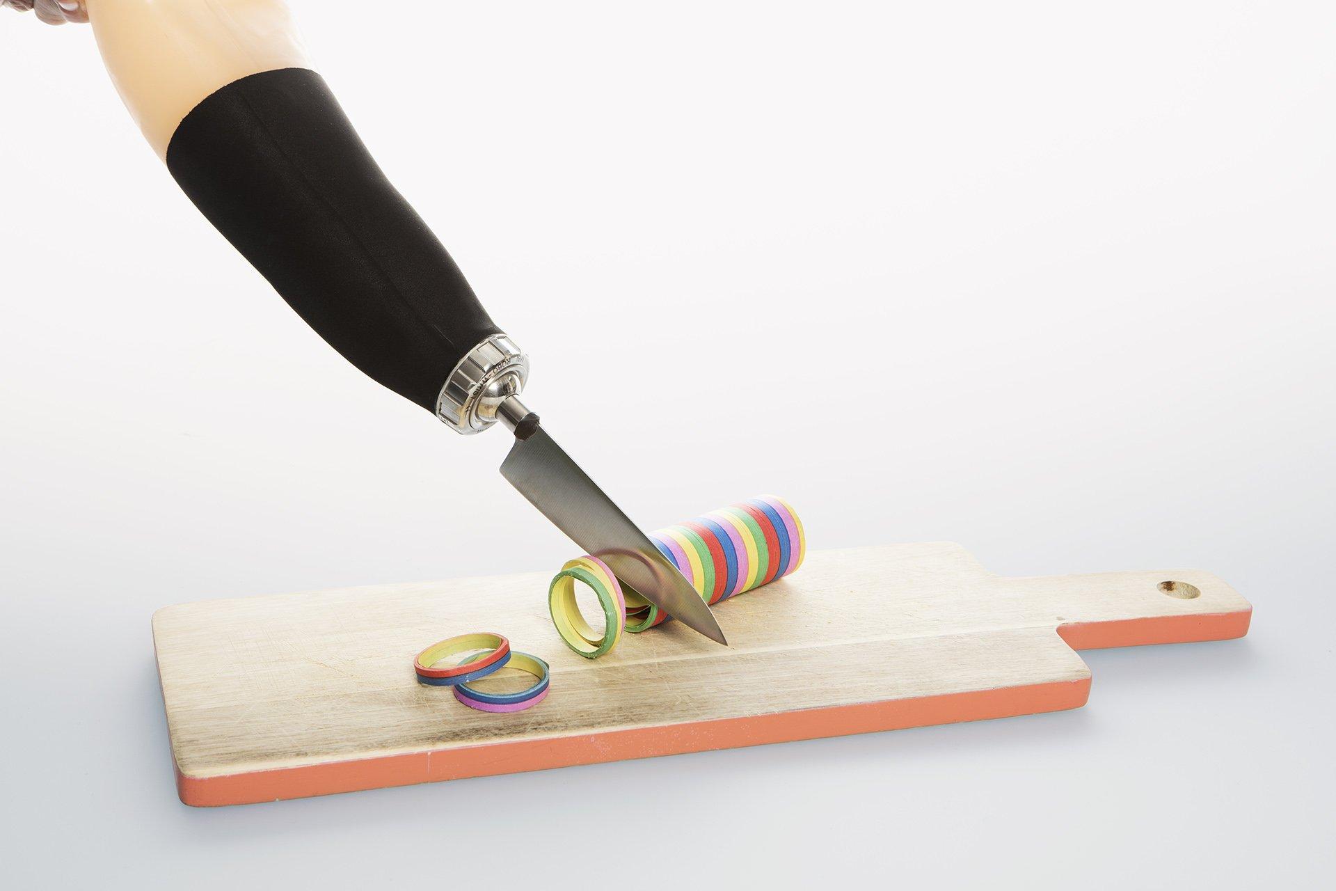 Armprothese schneidet Luftschlangen