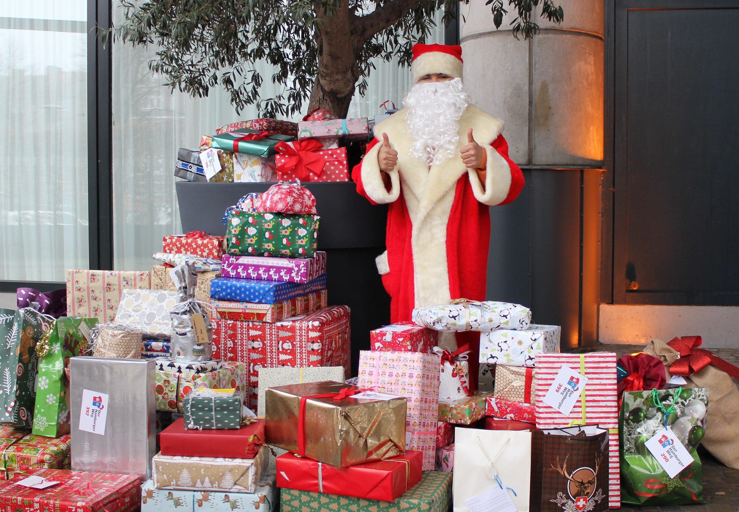 Weihnachtsmann mit Geschenken, Daumen hoch