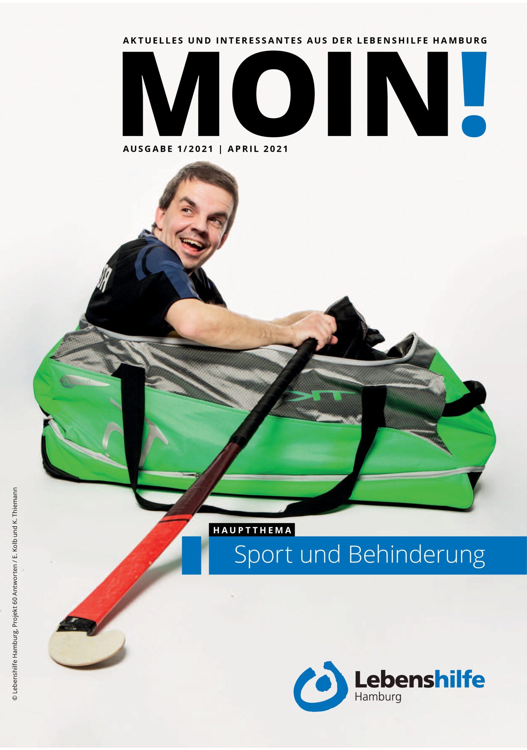Titelseite der MOIN!: Mann sitzt in einer Hockeytasche, rudert mit dem Hockeyschläger