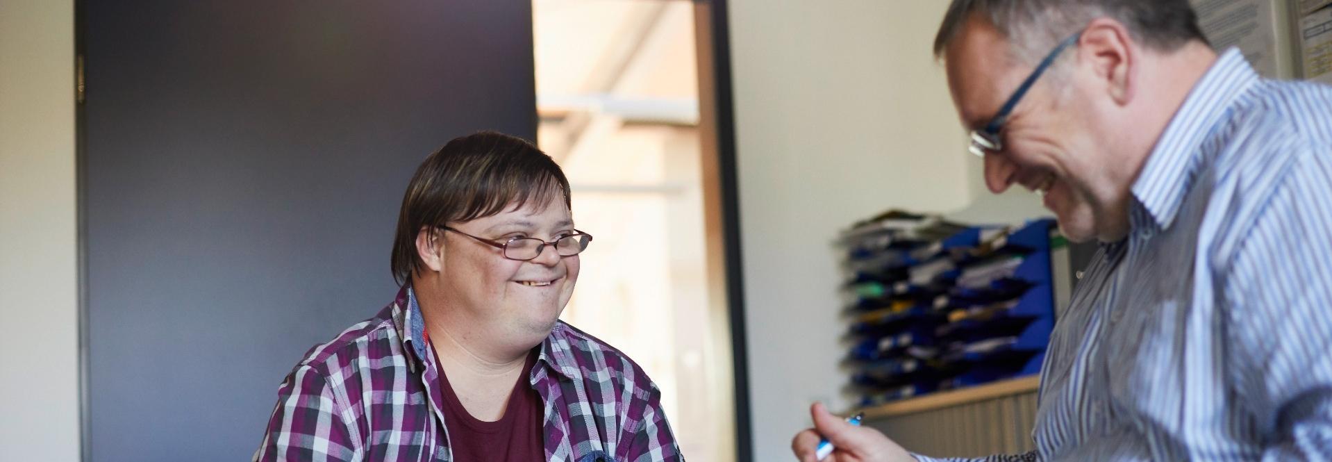 Frau mit Down Syndrom und Mann, sollen Geschwister darstellen