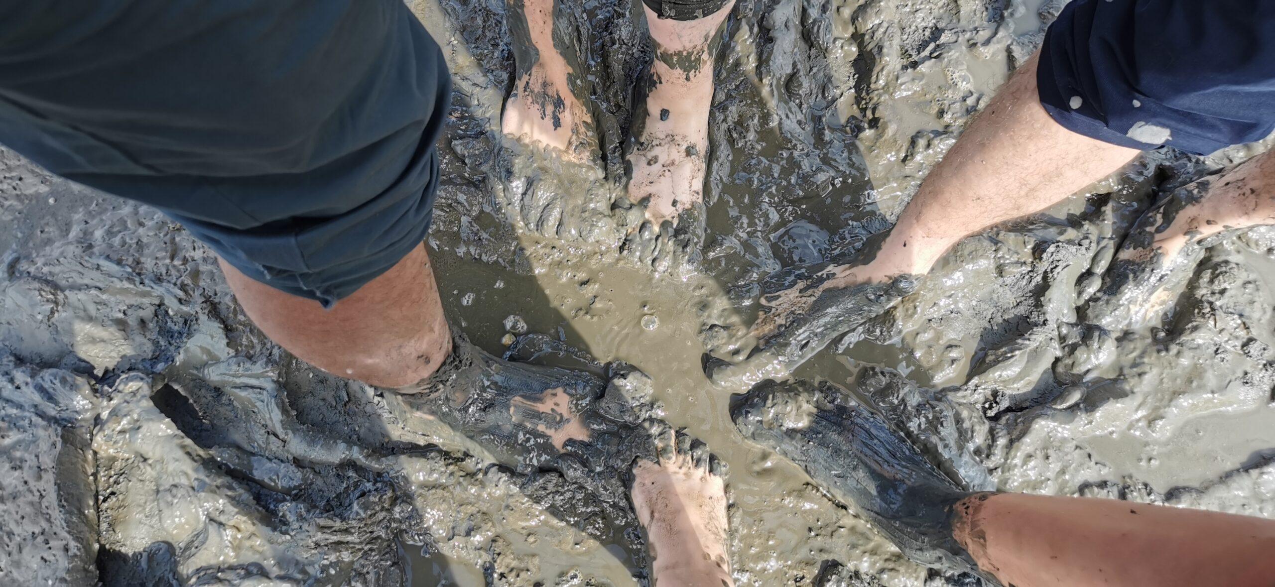 Nackte Füße im matschigen Watt.