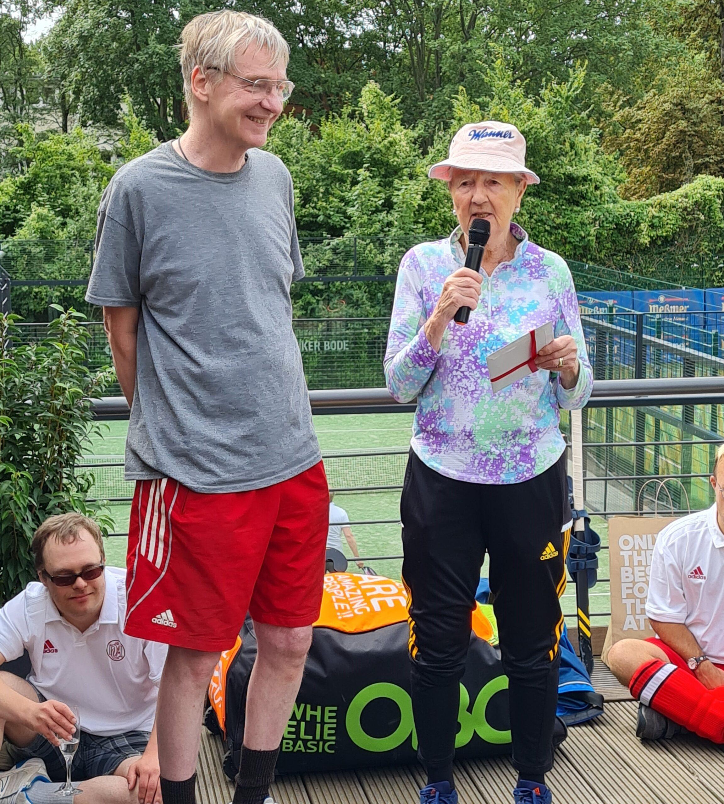 Greta Blunck hält eine Rede. Daneben steht Sven Neuwerk.