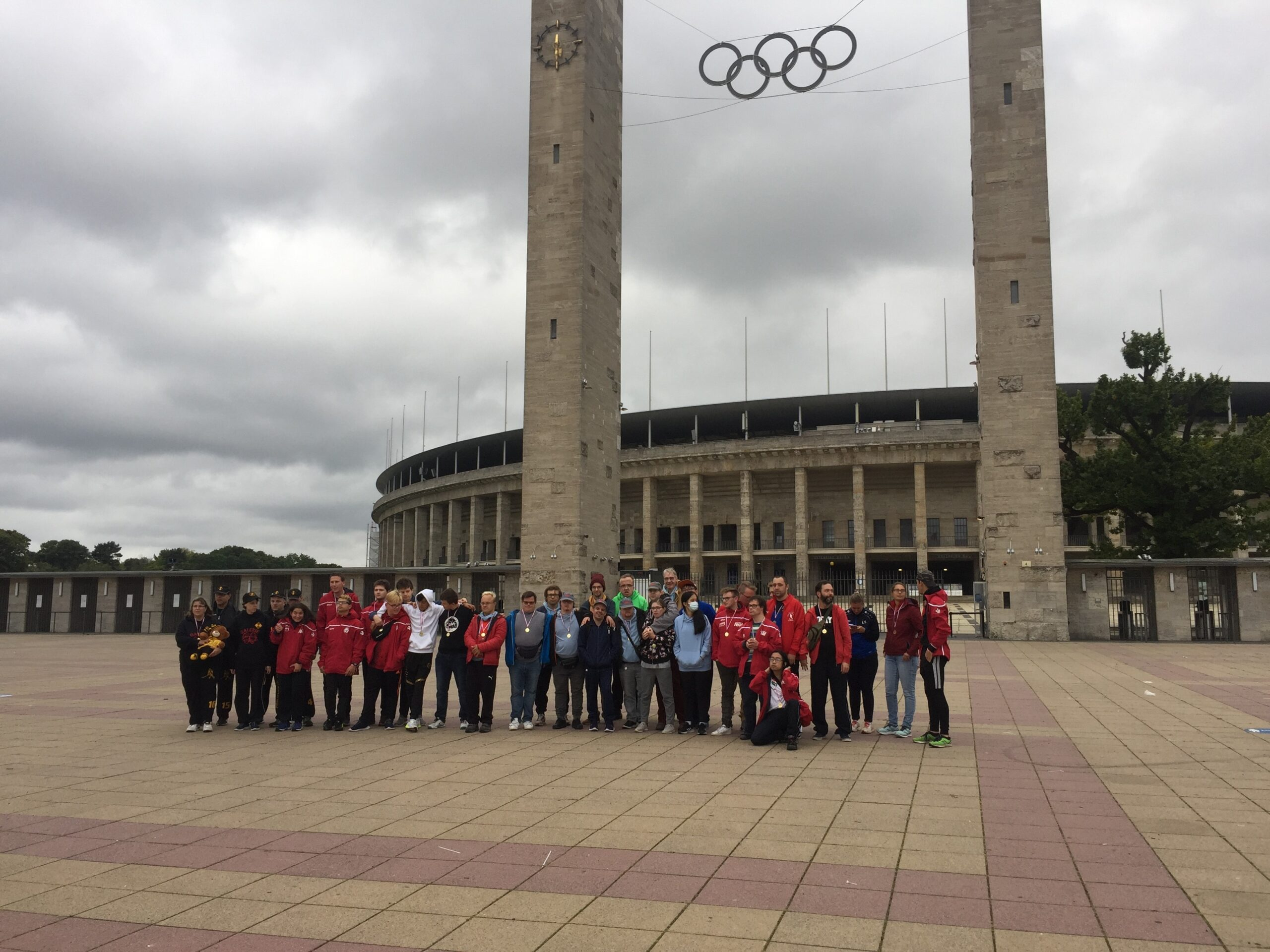 Gruppenfoto der Hockies vor dem Berlin Olympiastadion.
